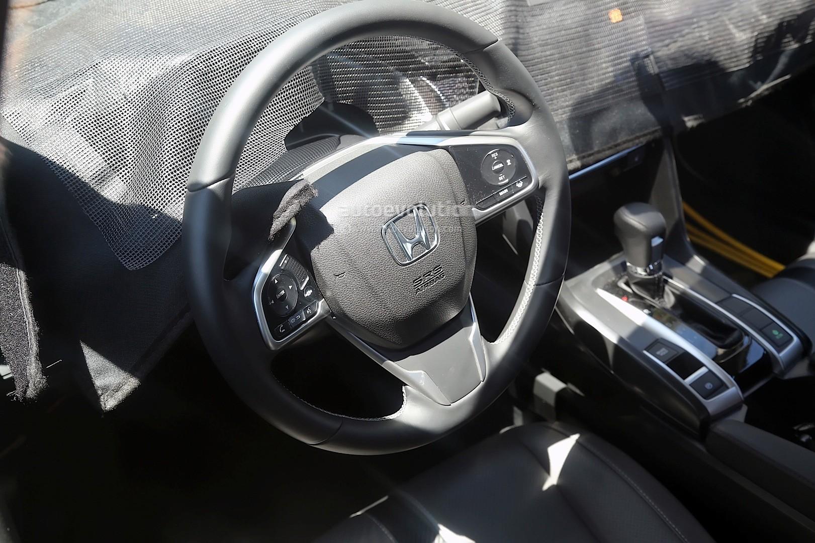 车门饰板和多功能方向盘均采用高品质塑料,另外还大量融入了仿碳纤维