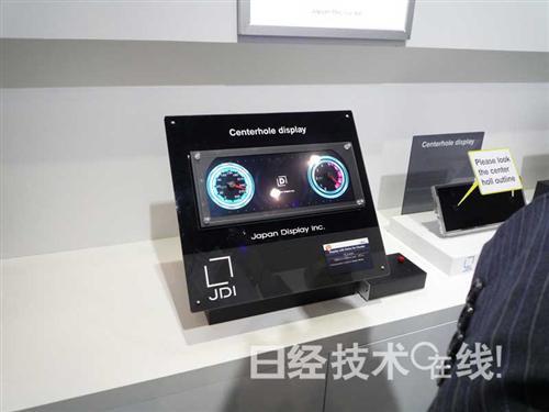 裸眼3d显示器的右邻,展出了带内嵌(in-cell)触摸面板的曲面显示器